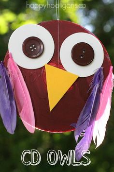 Adorable Owl CD Craft: Don't throw out your old CDs and DVDs! Toddlers and preschoolers can turn them into these adorable owl ornaments for fall! - Happy Hooligans