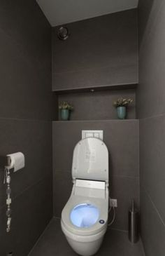 Idee voor indeling achterwand toilet Discount Bathroom Faucets, Bathroom Basin, Wc Design, Toilet Design, Black And White Tiles Bathroom, Brown Bathroom, Modern Bathroom Light Fixtures, Modern Toilet, Guest Toilet