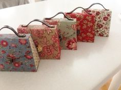 Bag in bag 小さなお裁縫バッグ Batik Prints, Printed Bags, Fashion Bags, Scrapbook, Patches, Gift Wrapping, Diy Projects, Sewing, Gifts