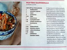Pad thai kasviksilla riisinuudeli kesäkurpitsa suolapähkinät korianteri thaimaalainen  vaihtoehtoinen kastike: 1 rkl kalakastiketta 1 rkl sokeria (tai hunajaa, palmusokeria tms) 2 rkl viinietikkaa (esim. riisiviinietikka) tai tamarindista tehtyä lientä 0,5 tl chiliä