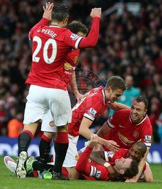 That celebration ! Teammates congratulates Captain Wayne Rooney !♥