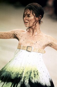 1999 - Alexander McQueen Show - Shalom Harlow VS the paint machine