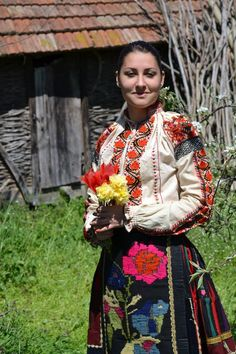 Девойка с премяна от село Загражден, Плевенско / A maiden in traditional dress from village Zagrazhden, Pleven district