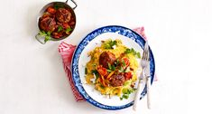 Zoete aardappelstamppot met snijbonen, geitenkaas en gehaktballetjes Cottage Pie, How To Cook Potatoes, Moussaka, Vegetarian Cooking, Veg Recipes, Lidl, Pesto, Spaghetti, Meals