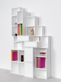Modernes Regalsystem aus gestapelten Regalmodulen in Weiß / Modern shelving system composed of stacked shelf modules in white / Système d'étagères moderne composé de modules empilables et décliné - blanc