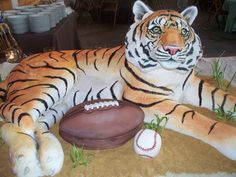 This tiger cake looks too good to eat, every detail is perfect.