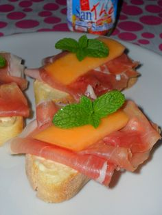 Tartine con melone, prosciutto crudo (dolce) e menta. <3