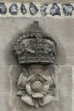 Tudor rose and crown History Of England, Tudor History, European History, British History, Uk History, Medical History, Tudor Era, Tudor Style, Renaissance