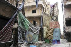 Bâches, draps ou même patchwork de tapis, comme ici dans le quartier de Salaheddine, à Alep, le 7 novembre 2013. Photo Molhem Barakat. Reut...