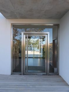 Porte d'entrée contemporaine.</p> Contemporary Front Doors, Modern Entrance, Modern Front Door, Entrance Doors, Main Door Design, House Front Design, Window Design, Modern House Design, Aluminium Glass Door