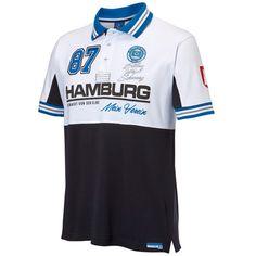 HSV Poloshirt Hamburg. Artikelnummer 29406. HSV Poloshirt. HSV Shirt. Motiv Hamburg. Kombination aus einem Druck und aus einer Stickerei. Farbe weiss. Konfektionsgrößen zur Auswahl. Material 100 % Baumwolle. Waschbar bei 30 Grad. Bügelbar. Ausgestattet mit einem Kragen, mit einer Knopfleiste, mit kurzen Ärmeln und mit einem geschlitzten Bündchen verbunden mit einem HSV Flag Label am Saum. Dieser HSV Fanartikel ist ein absoluter Hingucker!