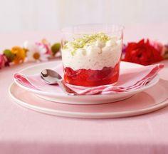 Sahne unter den Milchreis heben, mit Früchten in Gläser schichten. Einfach top!