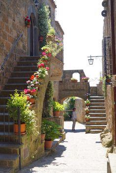 A cidade não tem vegetação plantada na terra, mas centenas de vasos floridos!