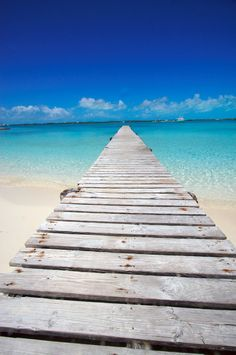 I must go BACK here someday! This is somewhere in the Bahamas...look at that sky...look at that water... so perfect! #bahamas #island #caribbean #reisjunk #travel #world #explore www.reisjunk.nl