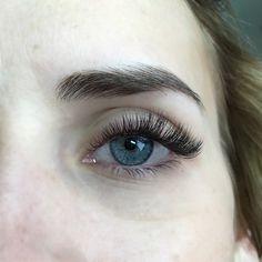 @hairandmakeupbysteph natural/noticeable full volume set by @maggie_borboleta  #lashes #lash #lashartist #eyelashextensions #volumelashes #beauty #eyelashes