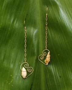 Etsy の Gold Filled Wire Wrapped Shell Dangles by HinasTreasures Wire Wrapped Jewelry, Wire Jewelry, Jewelry Crafts, Jewelry Art, Handmade Jewelry, Jewelry Design, Jewlery, Seashell Jewelry, Seashell Crafts