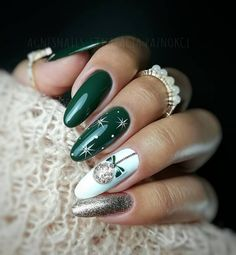 65 Trendy Christmas Bauble Nails to Try Right Now – Christmas Nail Art Designs - Hybrid Elektronike Cute Christmas Nails, Christmas Manicure, Holiday Nail Art, Xmas Nails, Christmas Nail Art Designs, Green Christmas, Christmas Trees, Christmas Baubles, Christmas Tree Nail Art