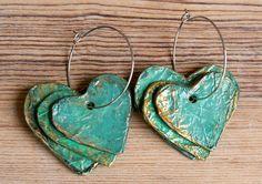 Pendientes de Papier Maché, 3 corazones de estilo rústico en un aro con pátina cobre, reciclan chic bohemio de joyería hecha a mano
