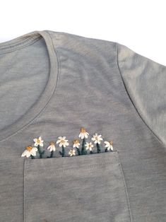 Daisy Pocket Hand Embroidered T-Shirt - Thread Unraveled- - camiseta Embroidery On Clothes, Simple Embroidery, Embroidered Clothes, Hand Embroidery Patterns, Embroidery Stitches, Embroidery On Tshirt, Jean Embroidery, Broderie Simple, T-shirt Broderie