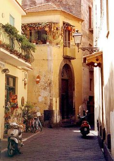 Encore! Life         tags: ENCORE. VICOLO. OLD ALLEY. SORRENTO. CAMPANIA. ITALY. TRAVEL. EUROPE.