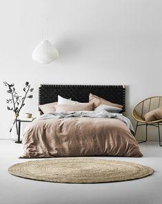 aménagement chambre style scandinave, tapis rond, couverture de lit rose, chaise papasan, lampe suspendue blanche