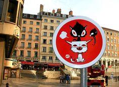A sinalização da cidade de Lyon não está igual a do resto do mundo. Palco para a o projeto de internvenção Panos 2013, a cidade francesa recebeu em suas ruas criacões de artistas de diferentes país…