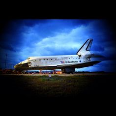 The last roll of Discovery at Kennedy Space Center. Spacex News, Nasa Space Program, Kennedy Space Center, Space Shuttle, Discovery, Physics, Maths, Rolls, Moon