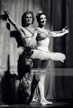 Rudolf Nureyev and Alicia Alonso during Gala Performance of American Ballet Theatre - July 1975 at New York State Theater in New York City, New York, United States. Get premium, high resolution news photos at Getty Images Male Ballet Dancers, Ballet Poses, American Ballet Theatre, Ballet Theater, Liza Minnelli, Ballet Vintage, La Bayadere, Margot Fonteyn, Mikhail Baryshnikov