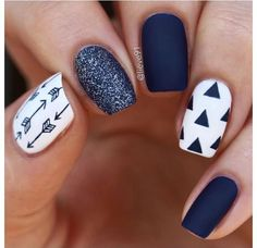 False nails have the advantage of offering a manicure worthy of the most advanced backstage and to hold longer than a simple nail polish. The problem is how to remove them without damaging your nails. New Nail Designs, Winter Nail Designs, Navy Blue Nail Designs, Blue Nails With Design, Blue Design, Feather Nail Designs, Chevron Nail Designs, Feather Nail Art, Heart Nail Designs