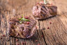 Sous-vide steak ze svíčkové se šťouchanými brambory   G21-Vitality.cz Grilled Beef, Beef Steak, Sous Vide, Salt And Pepper, Cutting Board, Grilling, Sci Fi, Stuffed Peppers, Meat