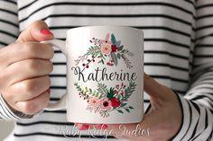Nom personnalisé Mug à café Couronne florale par RubyRidgeStudios