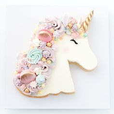 A delicious vanilla sugar cookie topped with vanilla Italian meringue buttercream and decorated with macaron, meringues and other sweet treats. Unicorne Cake, Cupcake Cakes, Macaron Cake, Cookies Et Biscuits, Sugar Cookies, Vanilla Cookies, Cake Cookies, Unicorn Cookies, Unicorn Cake Pops