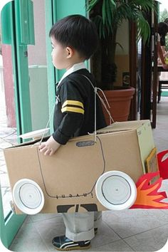 Carro de brinquedo feito com reciclagem de caixa de papelao.  Fofo !!