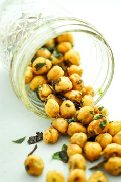 Roasted Garlic Chickpeas – the BEST snack. Previous pinner says: I try to bake a double batch every weekend to keep on hand all week. Perfect for late night salty cravings. Chickpea Recipes, Vegan Recipes, Snack Recipes, Cooking Recipes, Chickpea Ideas, Dishes Recipes, Tostadas, Tapas, Snacks
