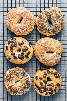 Vegan Bagel, Vegan Bread, Bread Food, Food Food, Vegan Breakfast Recipes, Delicious Vegan Recipes, Dessert Recipes, Desserts, Cinnamon Bread Pudding Recipe