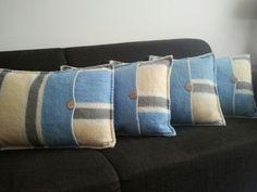 Kussens gemaakt van oude wollen dekens met een houten knoop. (vintage blanket, wool)