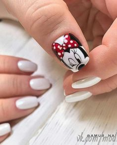 The advantage of the gel is that it allows you to enjoy your French manicure for a long time. There are four different ways to make a French manicure on gel nails. Mickey Nails, Minnie Mouse Nails, Mickey Mouse Nail Art, Nail Art Coeur, Chic Nails, Toe Nail Designs, Cute Nail Art, Halloween Nail Art, Nagel Gel