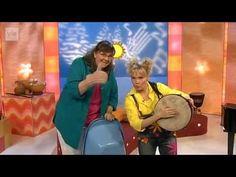 Muista laulaa Musikantit Soili Perkiö ja Satu Sopanen toimivat lauluoppaina iloisten lasten kanssa. Muista sinäkin laulaa: Karhu tanssii