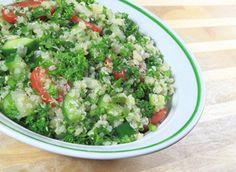 Deze heerlijke salade met quinoa is gezond, vult goed en bevat enorm veel vitamines en mineralen. De salade is geschikt als lunch, maar ook als gezonde avondmaaltijd.Dit recept is voor twee personen en is snel te bereiden. Wat heb je…