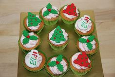 Love these ideas for winter cupcakes. She also has cake decorating classes. Winter Cupcakes, Christmas Cupcakes, Christmas Sweets, Christmas Goodies, Christmas Baking, Christmas Fun, Snowman Cupcakes, Xmas Food, Mini Tortillas