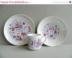 Arabia Finland Ceramic Matin Matka Childs Dish Set Plate Bowl Cup Red White and Blue Dish Sets, Vintage Ceramic, Scandinavian Design, Finland, Red And White, Decorative Plates, Retro, Pottery, Handmade Gifts