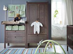 Ein Kinderzimmer mit SUNDVIK Wickeltisch/Kommode in Graubraun, einem Kleiderschrank und einem Babybett