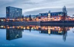 Nad Odrą przed świtem, okolice Mostu Grunwaldzkiego. Po lewej stronie budynek Wydziału Chemii, a po prawej Instytutu Informatyki UW.