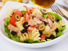 This tuna pasta salad is a great way to use up any leftover pasta you may have. This is a nutritious and delicious meal choice. Tuna Pasta Salad Recipe from Grandmothers Kitchen. I would substitute chicken for the tuna though! Tomato Pasta Salad, Sundried Tomato Pasta, Tuna Pasta, Summer Pasta Salad, Macaroni Salad, Tuna Recipes, Pasta Salad Recipes, Cooking Recipes, Healthy Recipes