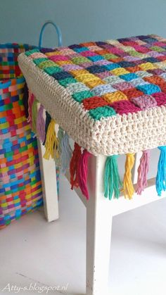 Author Pattern here: Free crochet tutorial (images) for stool cover Crochet Simple, Diy Crochet, Crochet Crafts, Crochet Ideas, Tutorial Crochet, Diy Crafts, Vintage Crochet, Crochet Granny, Crochet Stitches