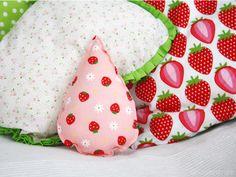 Als perfektes Geschenk zur Geburt gibt es hier eine einfache Anleitung für eine Babyrassel in Form eines Tropfens für Nähanfänger. Lu von Luloveshandmade erklärt Dir Schritt für Schritt wie du diese nähen kannst.