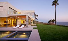 The Bird View Residence Designed by Doug Burdge AIA overlooks the Pacific Ocean from a beautiful Cliff in Malibu, CA #BirdView #Malibu #Contemporary #Architecture #VIEW #OceanView #DougBurdge