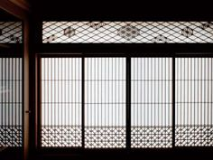 I'd love to do something like this for the bathroom window. Japanese Interior Design, Asian Design, Japanese Design, Wooden Partition Design, Wooden Partitions, Japanese Architecture, Architecture Details, Washitsu, Tatami Room