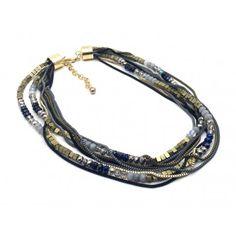 ALIZE est un collier multi-rangs composé de perles ovales et carrées, ainsi que…