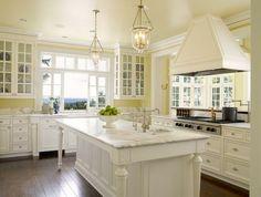 vouleur peinture cuisine jaune pâle, peinture meuble cuisine blanche, style raffiné dans un esprit traditionnel